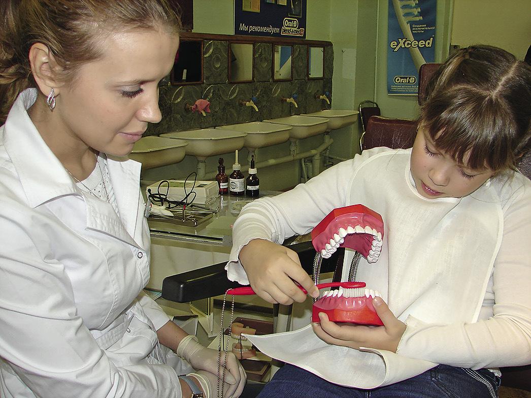 Рис. 3. Обучение детей гигиене полости рта.
