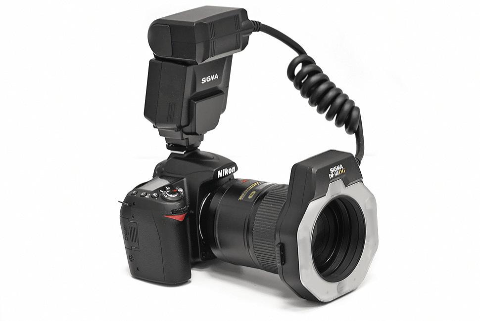 Рис. 8б. Точечная макрофотовспышка Sigma EM-140 DG Macro для Nikon, закрепленная на камере.