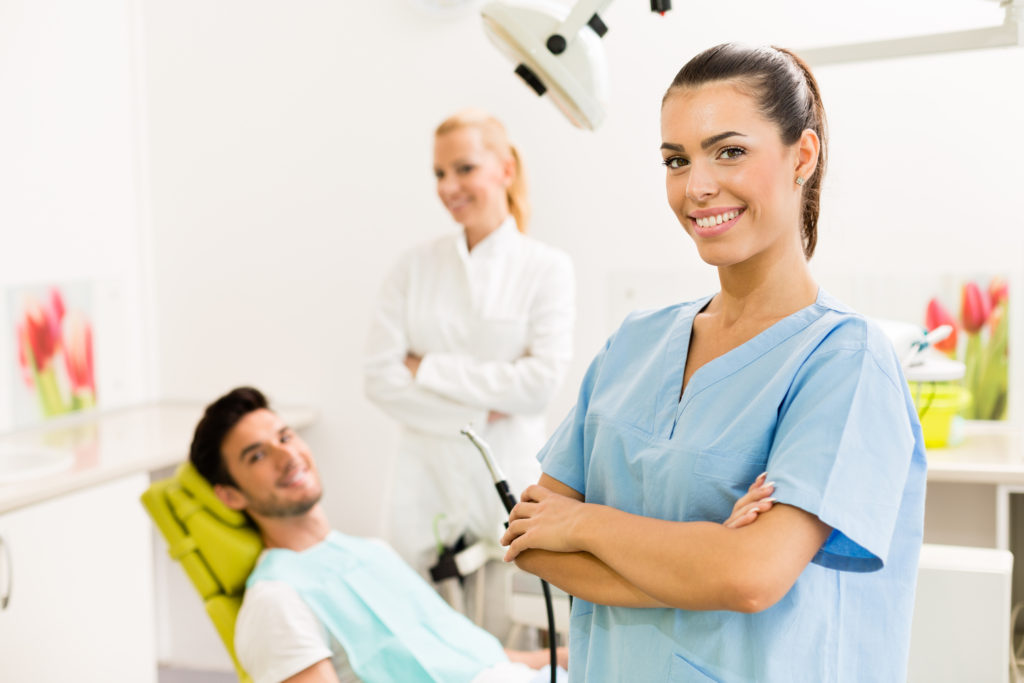 Стоматолог и ассистент на приеме