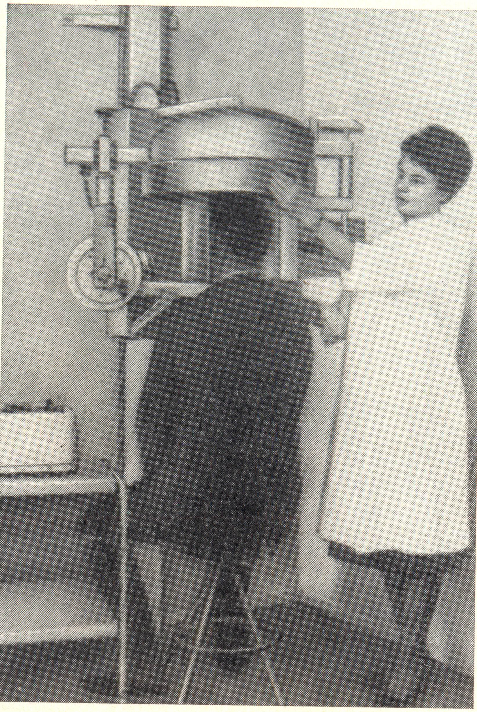 Рис. 3. Рабухина Н. А. Рентгенодиагностика некоторых заболеваний зубочелюстной системы (1974). (Рис. 27. Внешний вид аппарата «Ортопантомограф» для панорамной рентгенографии черепа.)