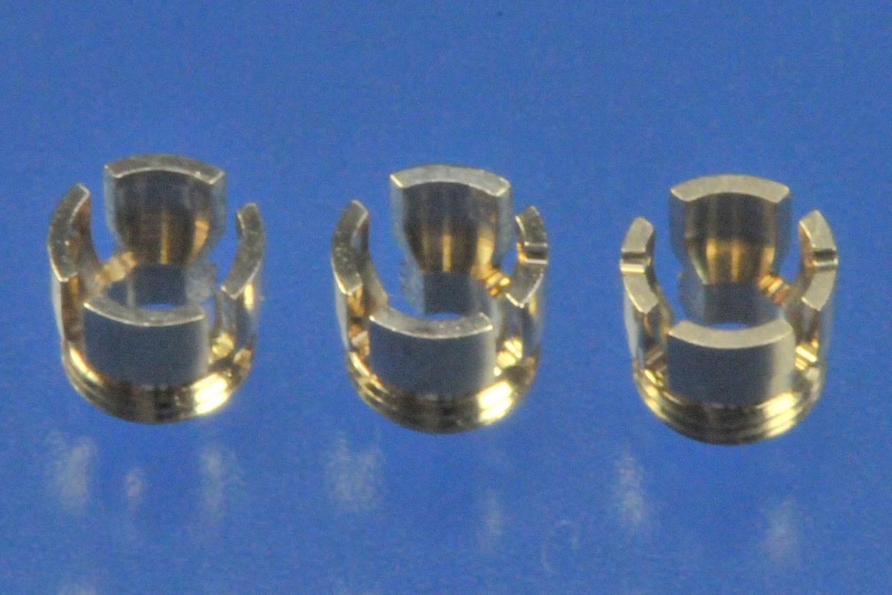 Рис. 7. Различные ретенционные кольца с лепестками для матрицы Dalbo®-Plus (слева направо): Standard (внутренний диаметр — 2,28 мм, без насечки), Tuning soft (внутренний диаметр — 2,25 mm, с одной насечкой), Tuning (внутренний диаметр — 2,22 мм, с двумя насечками).