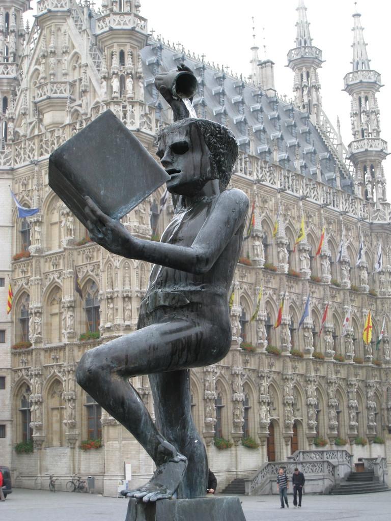 Фонтан - памятник студенту.